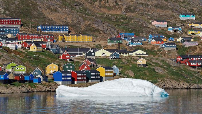 Tasiilaq (Ammassalik) mit Eisberg