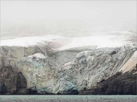 Alkefjellet Gletscher im Nebel