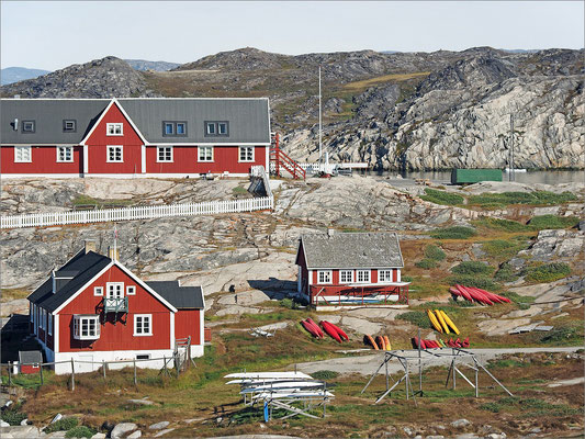 Ilulissat - rote Häuser und bunte Kajaks