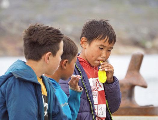 Nanortalik - Kinder am Schiffsanleger