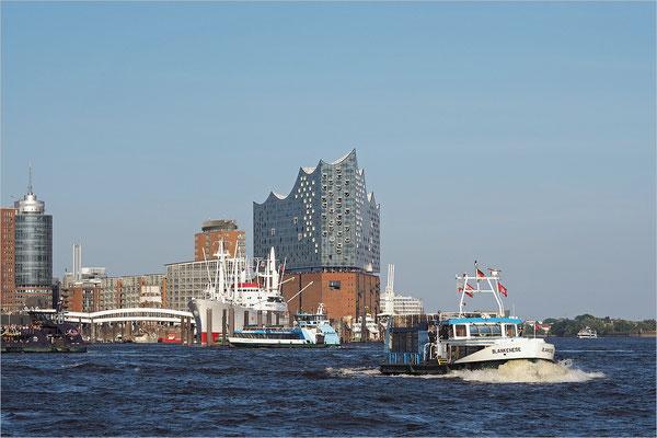 Hafenfähre und Elbphilharmonie
