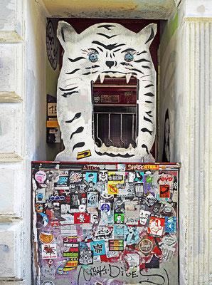 Tiger als Türwächter im Schanzenviertel