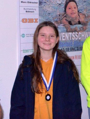 Charlotte freut sich, hier mit einer Medaille aus Altwarmbüchen