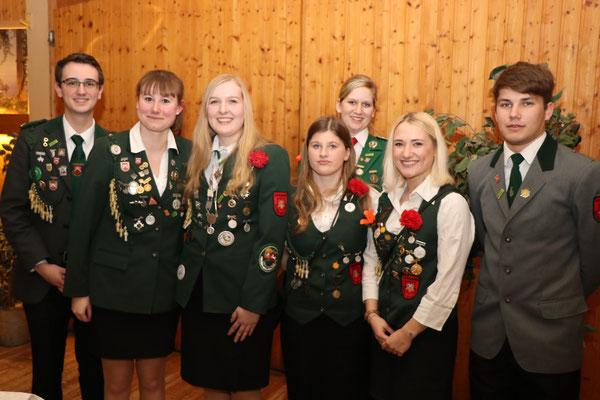 Die neue Jugendleitung Isabell Markmann und Jasmin Stradtmann mit Jugendlichen der Jugendgruppe sowie stellv. Schützenmeister Julian Witschi