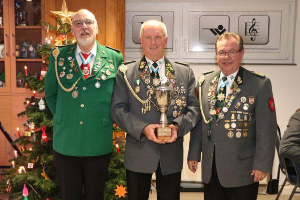 von links: 3. Platz Ernst-August Knoop, Sieger König-der-Könige Schießen Andreas Karowski, 2. Platz Ralf Reising