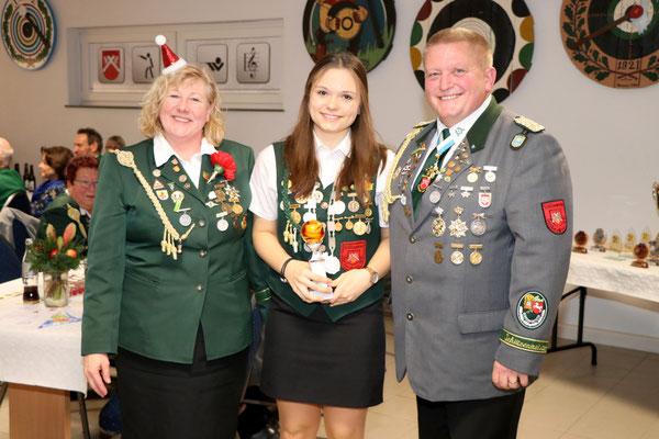 Übergabe des Pokals für den 1. Platz beim Fernwettkampf Luftgewehr des NSSV Gruppe Jugend an Nathalie Busse