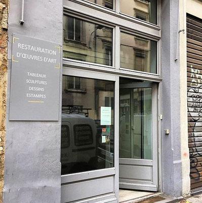 vitrine de l'atelier de restauration de tableaux et d'œuvres peintes, 133 rue Vauban, 69006 Lyon.