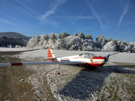 Vereinsmotorsegler in Winterlandschaft