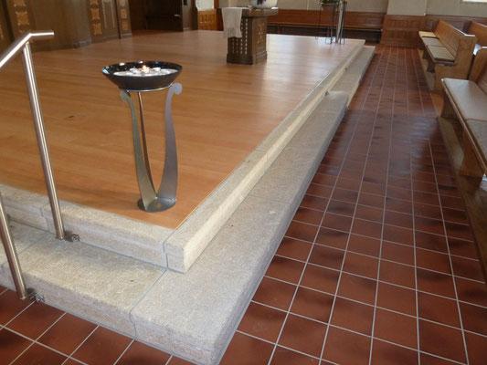 Kirche Spiez, Chor mit neuen Kalksteinstücken ergänzen, Steinmetz Berner Oberland