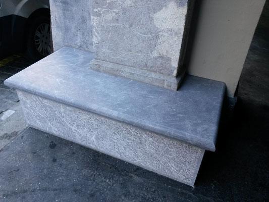 Sitzbank aus Kalkstein, Postgasse Bern, Steinmetzarbeit