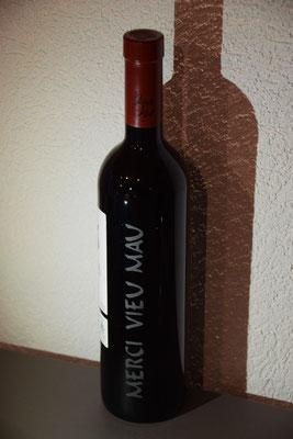 Wyparadies, Steinmetz Wimmis, sandgestrahlte Weinflasche
