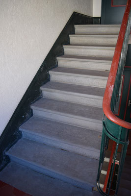 Treppenhaus Teppich entfernen und bestehende Sandsteintreppe reinigen