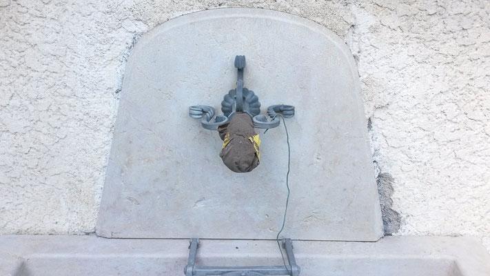 Kalksteinbrunnen, Kalkablagerungen, Sandstrahlen