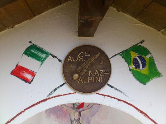 Il medaglione bronzeo è dono del Presidente degli Alpini. A suggello  del lavoro degli Alpini della Val Biois oltre al dono, parteciperà personalmente all' inaugurazione insieme al suo Vice.