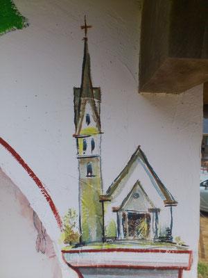 Sulla destra appare la nuovissima Chiesetta Alpina, dall' architettura identica a quella di San Simon.