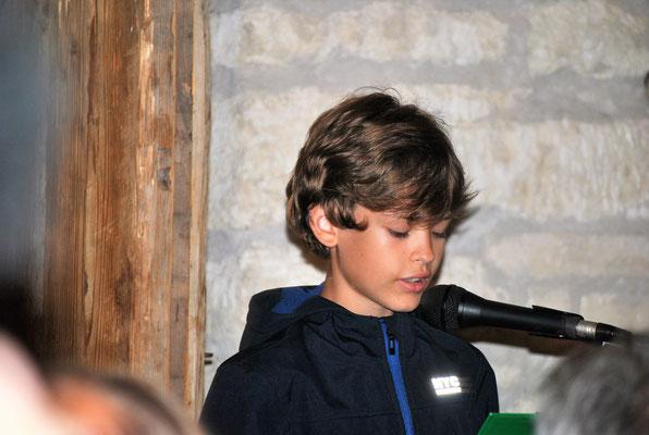 Yannik Kientzl, Schüler unserer Volksschule, liest ein Gedicht,