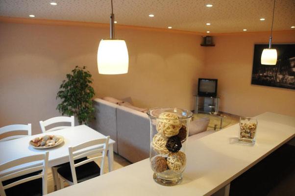 Blick in den Ess-und Wohnbereich, ausgestattet mit TV und DVD-Player