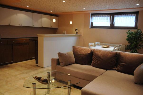 Blick auf die ausziehbare Couch und den Esstisch im Hintergrund