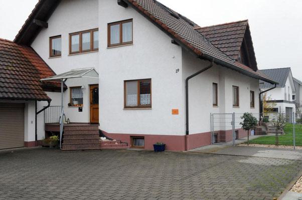 Außenansicht Gästehaus Kern mit Parkmöglichkeit im Innenhof
