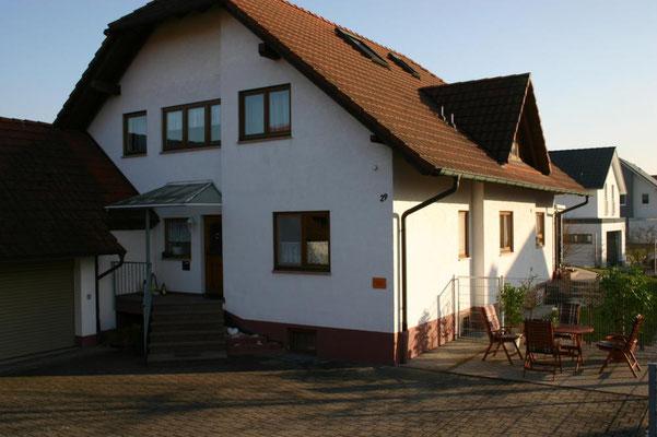 Außenansicht Gästehaus Kern mit Freisitz für Gäste