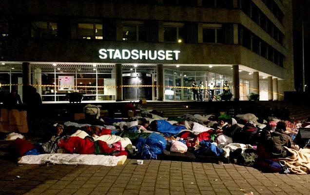 違法占拠排除に反対してマルメ市役所前に泊まり込んだEU移民 (DN紙)