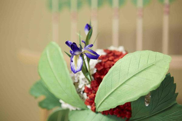 菖蒲兜 詳細 頭部の紅白のサツキは約200輪、花びら1000枚を用いる。
