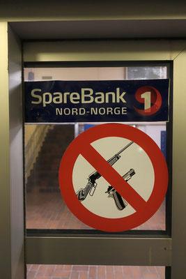 macht Sinn :) - die Einwohner haben eiegntlich alle eine Waffe, die außerhalb des Ortes zur eigenen Sicherheit mitgefürt werden sollte