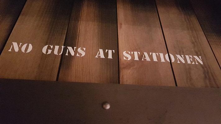 auch in unserem Restaurant war das Mitbringen von Waffen verboten