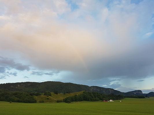 ...zieht weiter und malt noch einen Regenbogen an den Himmel