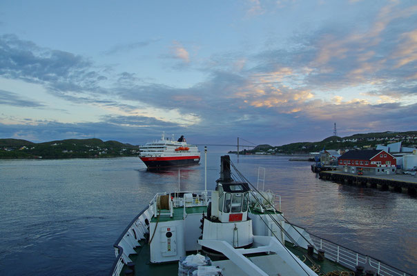 beie Schiffe legen gleichzeitg ab in Rørvik