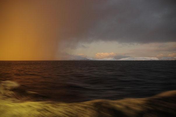 goldene Unwetterwolken ziehen vorbei