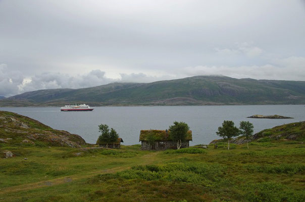 an der Steinhütte mit vorbeifahrender MS Finnmarken