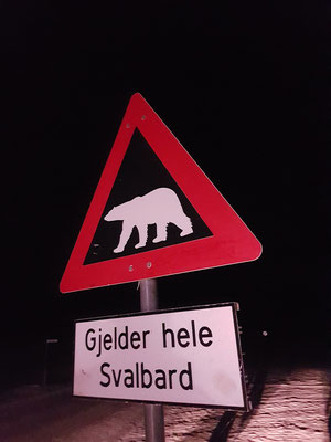 auch ein meistfotografiertes Schild, ab hier nur mit Guide und Gewehr