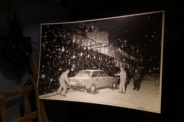 Im Hurtigrutenmuseum, so wurden früher die Autos in die Schiffe geladen