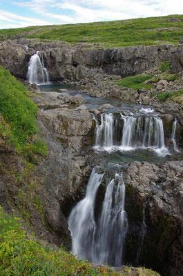 kleiner Wasserfall in der Nähe des Fährhafens Brjanslækur
