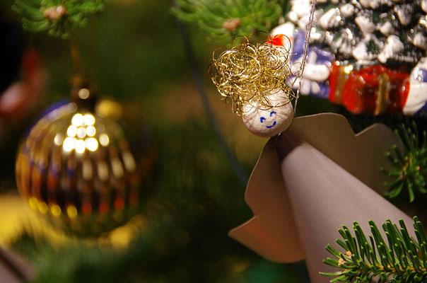 selbst gebastelter Engel am Weihnachtsbaum