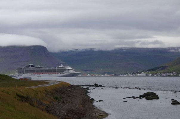 Isarfjördur und Kreuzfahrtschiff auf Reede