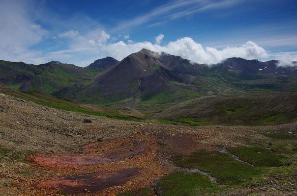 ... auf dem Gipfel in ein grünes Tal...