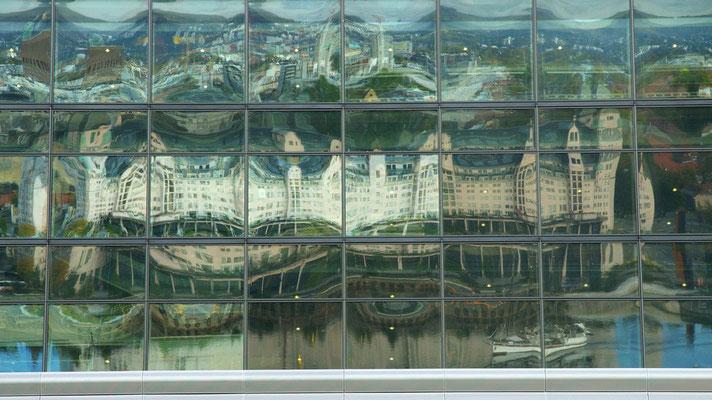 Spiegelungen in den fenstern des Munchmuseums