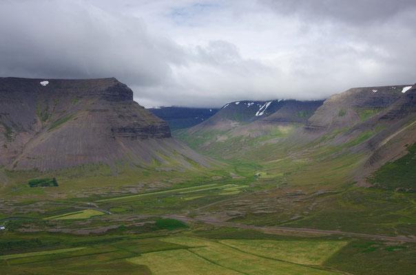 Blick vom Gipfel ins Tal, der dunkle grüne Fleck ist der Botanische Garten