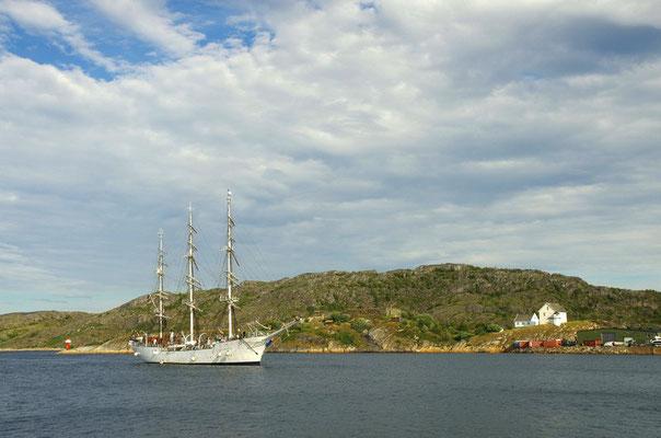 Segelschulschiff Christian Radich bei der Einfahrt in den Hafen von Bodø