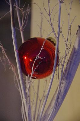 Weihnachtsdekoration im Schaufenster in Risøyhamn