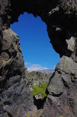 Blick durch ein Lavaloch zum Snæfelssjökull
