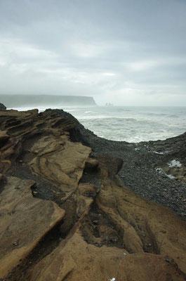Blick zu den Felsnadeln am Strand von Vik