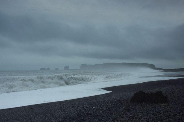 der schwarze Strand von Vik mit Blick nach Dyrholaey