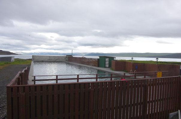 ... das Schwimmbad mit heißen Quellwasser ...