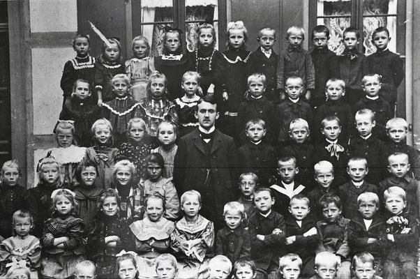 Schulklasse vor der Altenröder Schule Jahr?