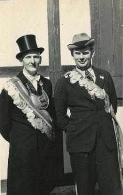 Gemeinsam auf dem Schützenfest 1957 in Darlingerode: Wilhem Wolf (l.) Schützenkönig Darlingerode 1939 und Gerhard Becker Schützenkönig Altenrode von 1939