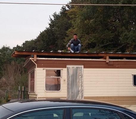 Ionut évacue des Objets Non Volants Identifiés qui ont atterri sur le toit du mobil home !