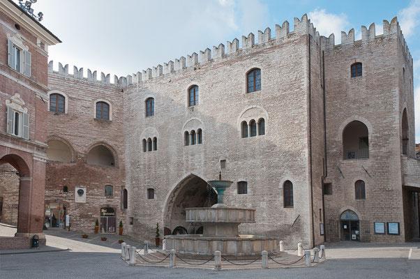 Palazzo del Podestà e Fontana Sturinalto